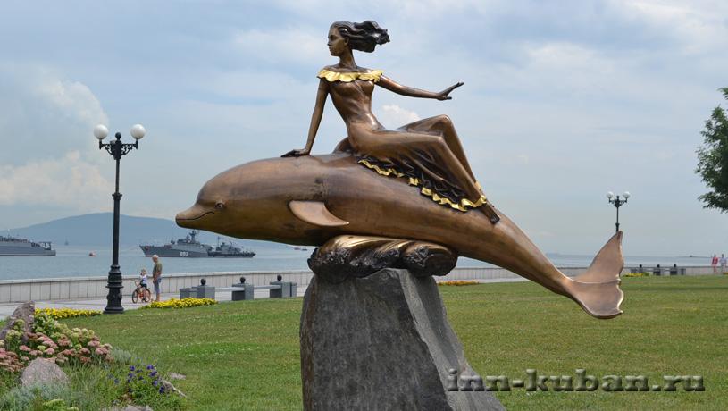 Дельфин и девушка в Новороссийске
