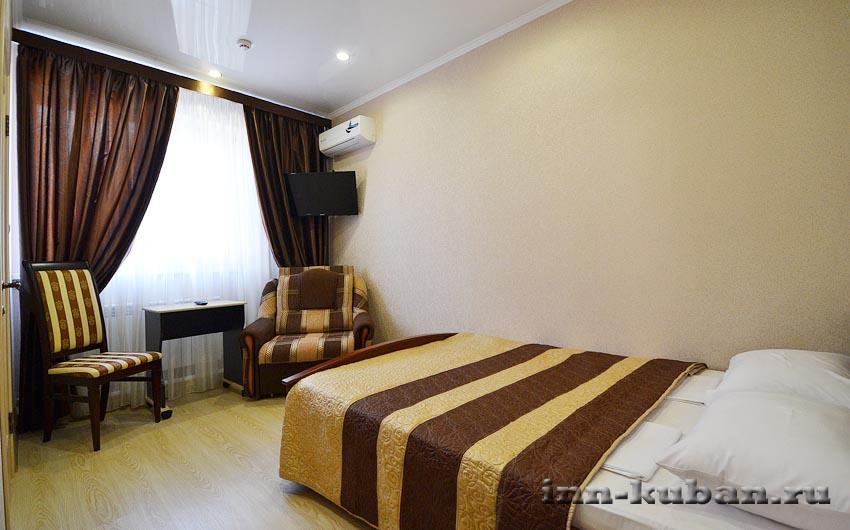 комната коричневая