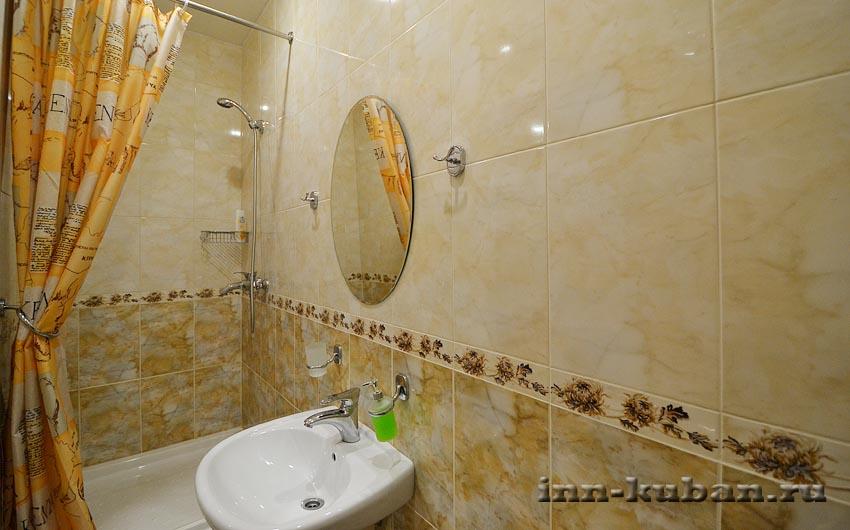 ванная в коричневой комнате