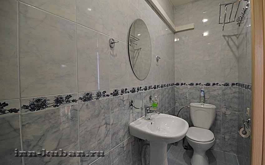 туалет в серой комнате