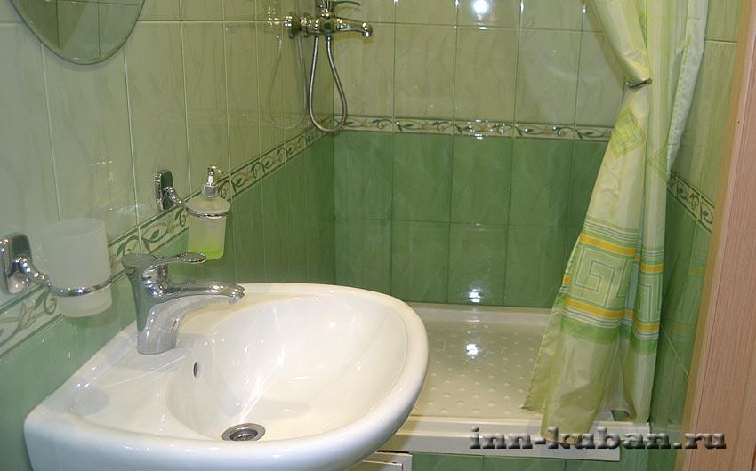 ванная в зеленой комнате